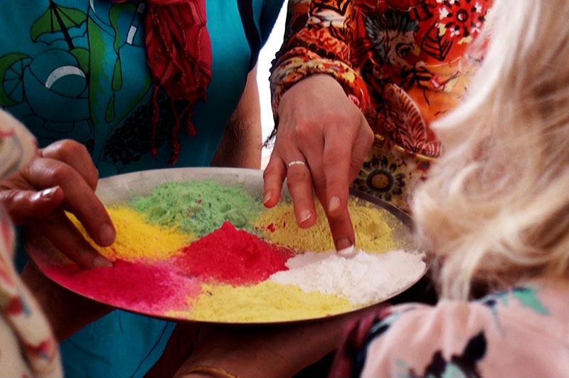 Разноцветный порошок - традиционный атрибут индийского праздника Холи